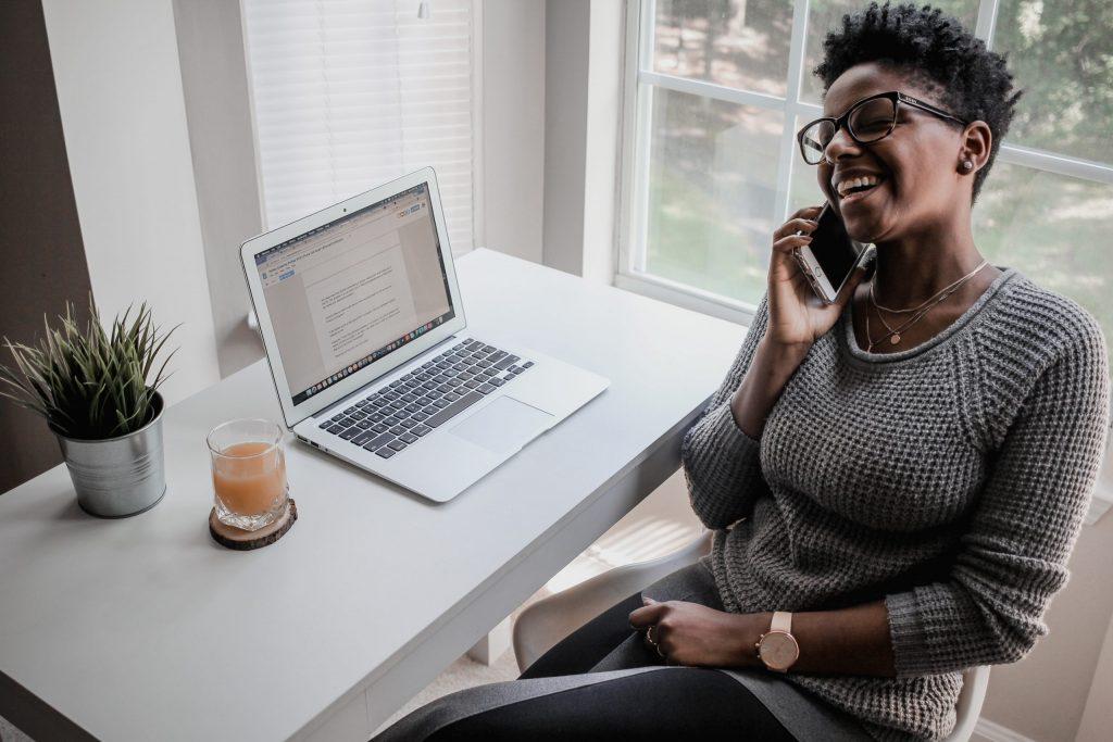 Black_woman_phone_conversation